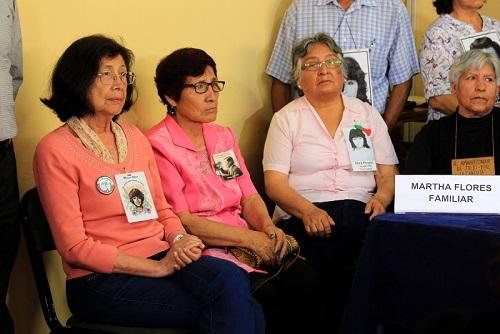 De izquierda a derecha: Norma Méndez, madre de Melissa Alfaro, Martha Flores, esposa de Pedro Huilca. Fotografía: Meylinn Castro / Servindi.
